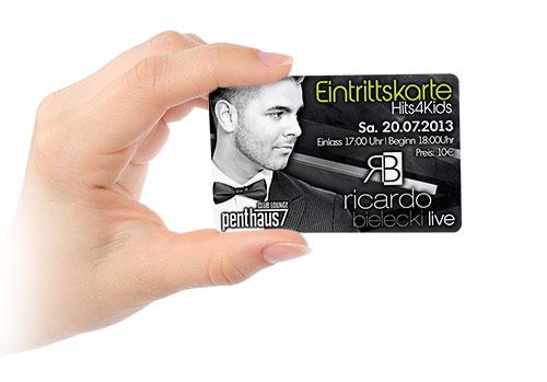 Clubkarte in Hand
