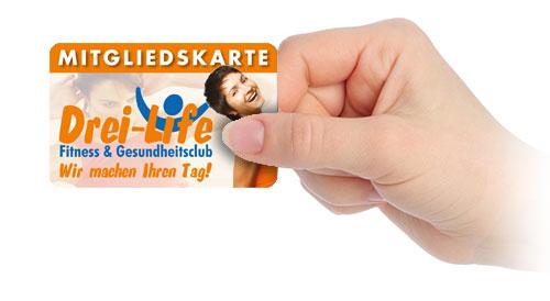 Orangene Fitnesskarte in Hand gehalten