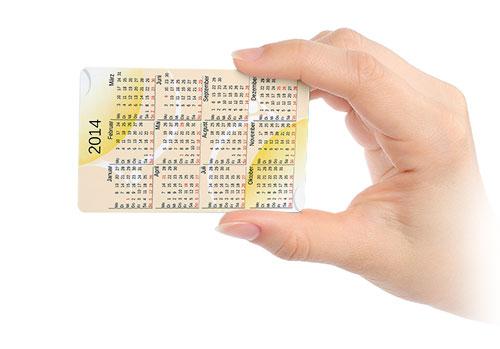 Kalenderkarte in Hand gehalten, Gelb mit dem Kalender des Jahres 2014