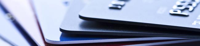 Kreditkarten in dunklen Farben gestapelt