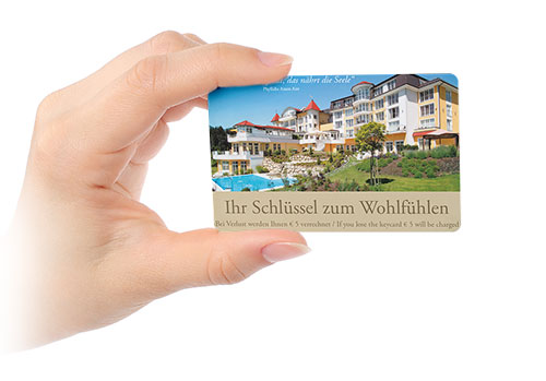 Schlüsselkarte für ein Hotel in Hand gehalten