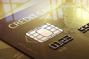 Goldene Smartcard mit sichtbarem Chip und hochgeprägtem Text